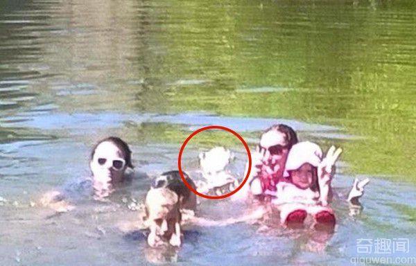 澳洲一家人在水中留影,竟拍到一个诡异人影