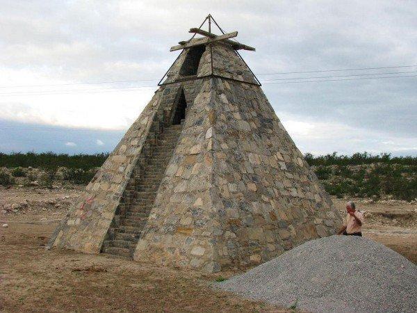 农夫沙漠中建7米高金字塔 称是外星人命令