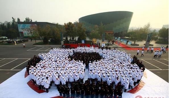 世界上最大的足球拼图 共有1009人组成一个巨型足球拼图