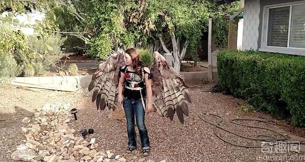 妹子飞起来吧!艺术家打造收缩自如的人造翅膀