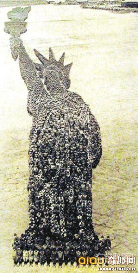贰万名一战士兵并排站立拼出自由女神像 成为艺术界的热门收藏品
