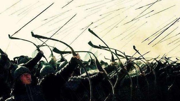 古代打仗首排士兵阵亡率最高,为何宁肯拼命往前冲也不躺下装死?
