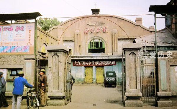 八十年代初本溪老照片:时代印记的老火车站溪湖剧场里看二人转