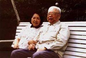 她27岁结婚,丈夫是副总理,姐夫是大将,儿子是中将
