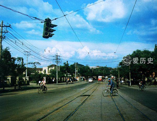 八十年代哈尔滨彩色记忆:红白色的有轨电车绿树成荫的中央大街